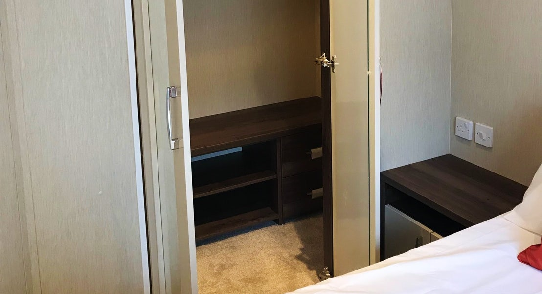 walk in wardrobe to master bedroom